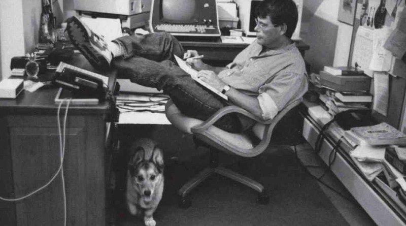 Stephen King che scrive nella sua stanzetta