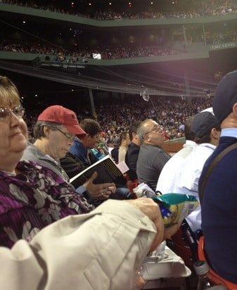 Stephen King che legge alla partita dei red Sox