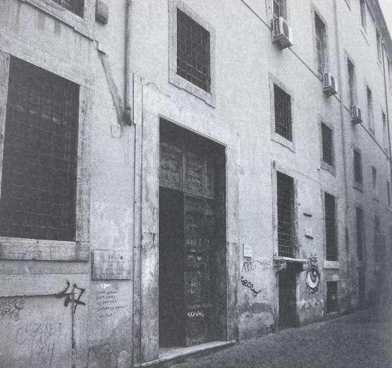 Carlo Verdone, il libro la carezza della memoria, foto del portone della bisca dei flipper in piazza della Trinità dei Pellegrini.