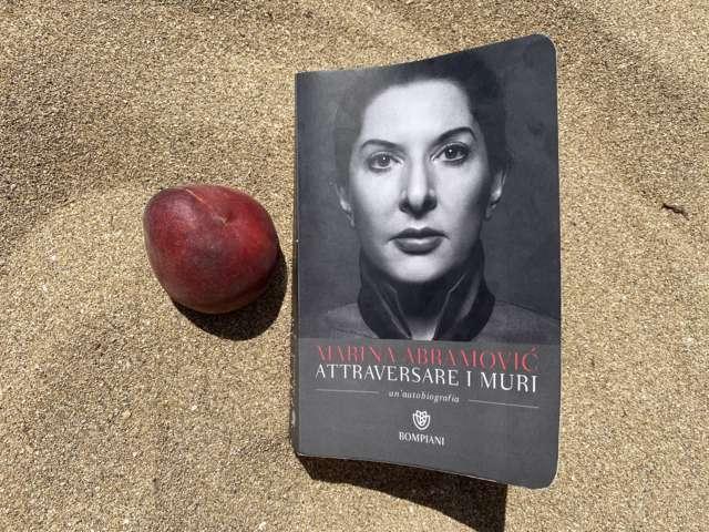 Attraversare i muri il libro di Marina Abramovic